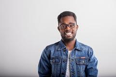 Studio tir? du type africain dans l'eyewear images stock