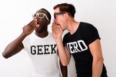 Studio van de jonge zwarte Afrikaanse Geek-mens wordt geschoten die en lookin luisteren die stock foto's