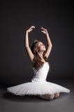Studio van dromerige bevallige ballerina wordt geschoten die Royalty-vrije Stock Afbeelding