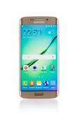 Studio van een gouden Samsung-smartphone die van de Melkwegs6 Rand wordt geschoten Stock Afbeelding