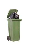 Studio van een grote groene vuilnisbak wordt geschoten die Royalty-vrije Stock Foto's