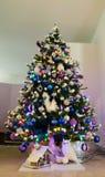 Studio van een Kerstboom met kleurrijke decoratie wordt geschoten die royalty-vrije stock foto