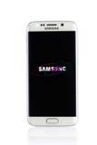 Studio van een witte Samsung-smartphone die van de Melkwegs6 Rand wordt geschoten Stock Foto