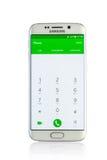 Studio van een witte Samsung-smartphone die van de Melkwegs6 Rand wordt geschoten Stock Afbeeldingen