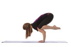 Studio van flexibele vrouw wordt geschoten die yogahandstand doen die Royalty-vrije Stock Foto's