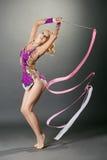 Studio van gebogen turner wordt geschoten die met lint dansen dat Royalty-vrije Stock Afbeelding