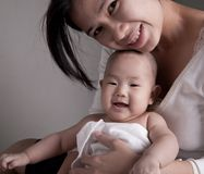 Studio van het houden van de van baby die van de moederholding wordt geschoten royalty-vrije stock afbeelding