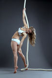 Studio van het sexy meisje stellende hangen op kabel wordt geschoten die Stock Foto