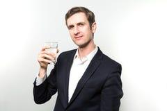 Studio van zakenman met glas van sodawater wordt geschoten dat Royalty-vrije Stock Foto's