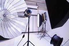 Studio vide de photo avec le matériel d'éclairage moderne Image stock
