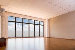 Studio vuoto di yoga con la pavimentazione di legno, finestre con cielo blu Immagini Stock Libere da Diritti