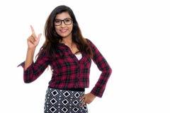 Studio wskazujący strzelał młoda szczęśliwa Perska kobieta ono uśmiecha się podczas gdy obrazy stock