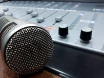 Studiobang mic och konsolblandare Arkivbilder