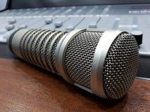 Studiobang mic och konsolblandare Arkivfoto