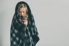 Studiobild från en ung flicka med näsduken Det isolerade sjuka barnet har den rinnande näsan girlie gör en bot för royaltyfri fotografi