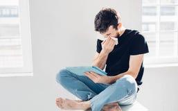 Studiobild från en ung man med näsduken Fotografering för Bildbyråer