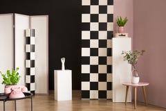 Studiobinnenland met schaakbordmuur royalty-vrije stock fotografie