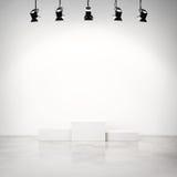 Studiobinnenland met wit podium Royalty-vrije Stock Afbeeldingen