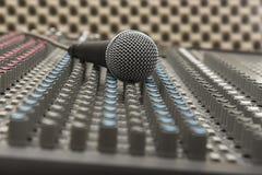 Studioblandare och mikrofon Arkivfoto