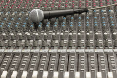 Studioblandare och mikrofon Royaltyfri Bild