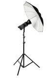 Studioblitz mit Regenschirm und Stand auf Weiß Stockfoto