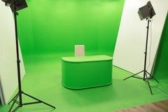 Studioeinrichtung des grünen Schirmfarbenreinheitsschlüsselhintergrundes moderne Fernseh Lizenzfreies Stockfoto