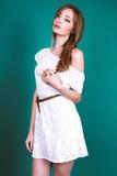 Studiofoto der jungen Frau auf grünem Hintergrund Stockfotografie