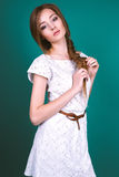 Studiofoto der jungen Frau auf grünem Hintergrund Lizenzfreies Stockbild