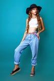 Studiofoto der jungen Frau auf grünem Hintergrund Lizenzfreie Stockfotos
