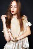Studiofoto der jungen Frau auf schwarzem Hintergrund Stockbilder