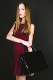 Studiofoto der jungen Frau auf schwarzem Hintergrund Lizenzfreie Stockbilder