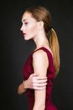 Studiofoto der jungen Frau auf schwarzem Hintergrund Stockfotografie