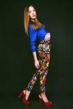 Studiofoto der jungen Frau auf schwarzem Hintergrund Lizenzfreies Stockfoto