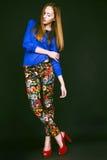 Studiofoto der jungen Frau auf schwarzem Hintergrund Stockbild