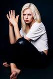 Studiofoto der jungen Frau auf schwarzem Hintergrund Stockfotos