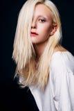 Studiofoto der jungen Frau auf schwarzem Hintergrund Lizenzfreies Stockbild