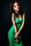 Studiofoto der jungen Frau auf schwarzem Hintergrund Lizenzfreie Stockfotografie