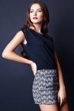 Studiofoto der jungen Frau auf schwarzem Hintergrund Lizenzfreie Stockfotos