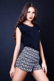 Studiofoto der jungen Frau auf schwarzem Hintergrund Stockfoto