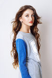 Studiofoto der jungen Frau auf weißem Hintergrund Stockbild