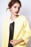 Studiofoto der jungen Frau auf weißem Hintergrund Lizenzfreies Stockbild