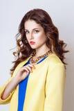 Studiofoto der jungen Frau auf weißem Hintergrund Stockfotos