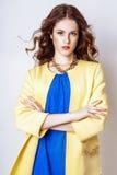 Studiofoto der jungen Frau auf weißem Hintergrund Stockfotografie
