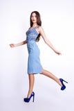 Studiofoto der jungen Frau auf weißem Hintergrund Lizenzfreie Stockfotografie