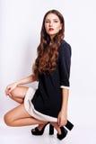 Studiofoto der jungen Frau auf weißem Hintergrund Lizenzfreie Stockfotos