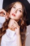 Studiofoto der jungen Frau auf weißem Hintergrund Rebecca 6 Stockbild