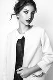 Studiofoto der jungen Frau auf weißem Hintergrund Rebecca 6 Lizenzfreies Stockbild