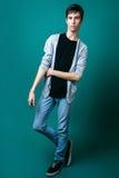 Studiofoto des jungen Mannes auf grünem Hintergrund Lizenzfreie Stockfotos
