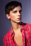 Studiofoto des jungen Mannes auf grauem Hintergrund Stockfoto