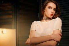 Studiofoto eines schönen Brunette mit Mischlicht Stockfotos